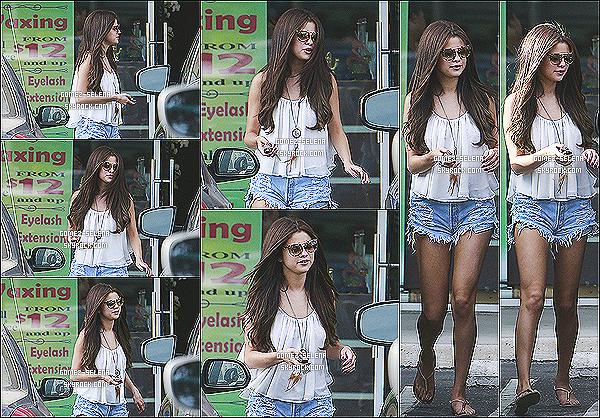 23/06/13 : Selena a été vue sortant d'un salon de beauté « Velvet Hands » à Tarzana à Los Angeles  Après une bonne après-midi sur les plages de Malibu, la belle sel a décidé d'aller dans un salon de beauté sûrement pour se reposer