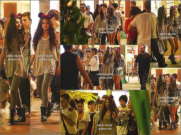 26/06/13 : Selena a été aperçue au parc Disneyland avec quelques amis dont Austin Mahone à Los Angeles Selena était notamment en compagnie de la belle Kate Deluna. Découvrez sans plus attendre son apparition dans Everybody knows