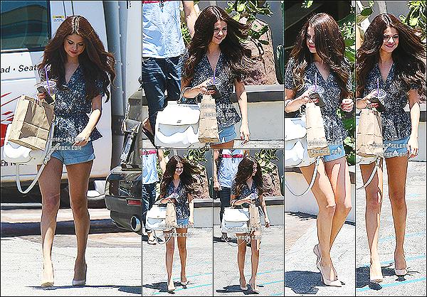 28/06/13 : Selena a été aperçue alors qu'elle quittait un  studio de danse  à Ventura situé dans la Californie  Le lendemain matin,  Selena a été aperçue arrivant à l'aéroport JFK situé dans New York, elle a donc de nouveau quitté la Californie
