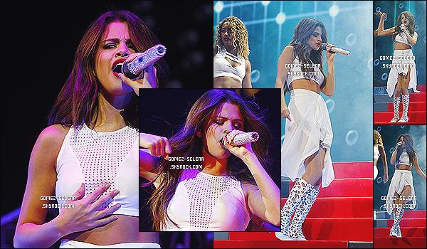 30/10/13 : Cette fois-ci, miss Selena Gomez donnait un concert à Tampa en Floride pour le Stars Dance Tour.    Une fois de plus, Selena G. a posté des photos avec ses fans à la sortie du concert, et des photos de ses danseuses sur son instagram !