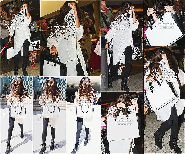27/08/13 : Se cachant, Selena a été aperçue arrivant à l'aéroport « LAX » avec sa cousine à Los Angeles. Selena a fini sa tournée au Canada, elle se rendra en Europe pour la suite de son Stars Dance Tour ! Elle sera chez Cauet le 6/09 !