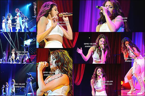 05/11/13 : Pour le « Stars Dance Tours » Selena donnait un concert et un Meet&Greet à Phoenix en Arizona.  Plusieurs Meet&Greet de Selena G. on été dévoilé sur la toile mais je ne les mettrai pas car ça commence à me lasser, toujours pareil.