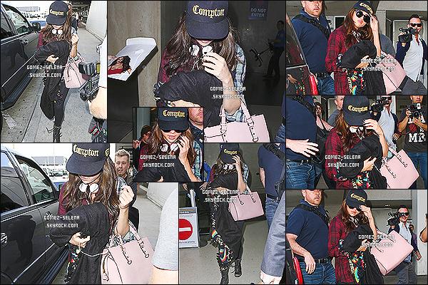 03/12/13: Encore une fois, miss Selena Gomez a été photographié en arrivant à l'aéroport californien de LAX !   Selena G. retourne à la maison (enfin) après une tournée mondiale qui reprendra en Asie en janvier 2014 et qui continuera en Océanie.