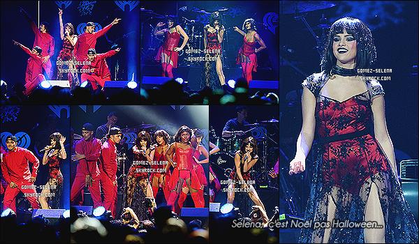 06/12/13: Selena G. était présente au Jingle Ball 2013 de Los Angeles organisé par la station radio « KIIS FM »  Tenue ordinaire à l'arrivé, mais  tout de même jolie. Par contre, pour la perfo', je n'adhère PAS. Halloween c'est passé depuis des mois.