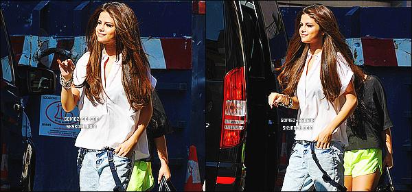05/09/2013 : Selena a été aperçue, se rendant à la station de radio NRJ à Paris pour donner une interview à Cauet.  En sortant, Selena en a profité pour poser avec quelques fans français et signer des autographes. Elle s'est ensuite rendue au Zenith.