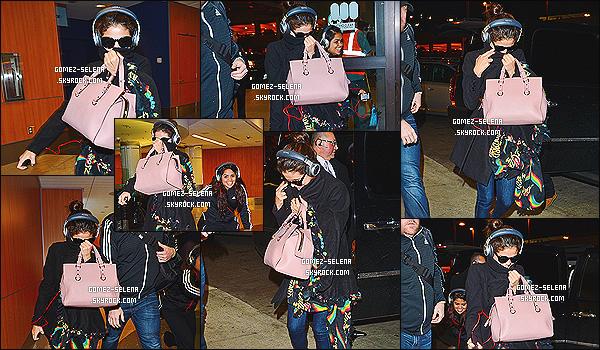 07/12/13 : Selena a été aperçu avec sa cousine à l'aéroport de « LAX » à Los Angeles pour se rendre à Seattle.  La cousine de Selena semble beaucoup amusé par le fait que les paparazzi les suivent... Sinon côté tenue, Selena nous fait un petit top.