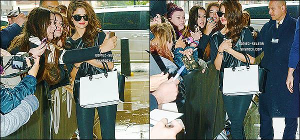 09/09/2013 : Selena a été photographiée, se rendant à la station de radio RADIO 1 à Londres pour sa promotion.  Même sous la pluie, Selena a pris le temps de poser avec ses fans anglais, qui devait l'attendre trempés. J'aime assez sa tenue. C'est un top.