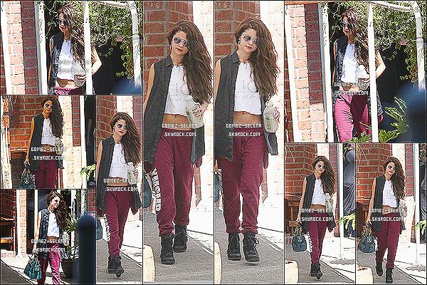 13/07/13 : Selena a de nouveau été vue se rendant dans un studio de danse qui se trouve dans Los Angeles   Selly était dans le studio sûrement pour continuer les répétitions pour le Stars Dance Tour et elle a posté une vidéo sur instagram