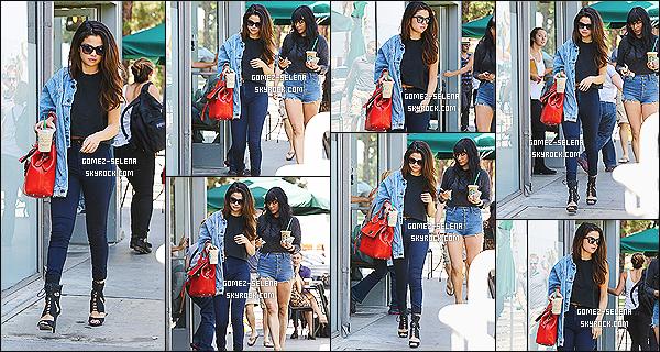 21/04/14 : Selena Gomez a été vue quittant le Starbucks pour aller en suite manger au Casa Vegas restaurant.   S. était après avec des amis au complexe The Commons à Calabasas, elle a été photographié lorsqu'elle quittait. Je ne met pas les photos
