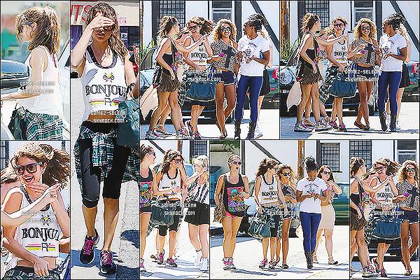 15/07/13 : Selena avec ses danseuses après les répétitions, se rendant au restaurant Shish Mediterranean.   Selena avait un air plus joyeux sortant du studio que quand elle y est rentrée à Los Angeles. + Ashley B. a posté deux photos avec Sel
