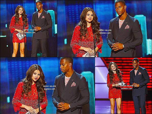 17/07/13 : Selena a été présente à l'événement  -ESPY Awards 2013 au Nokia Theatre situé dans Los Angeles   Selena était sur la  scène puis à assisté à une audience et aux  Backstage. Plutôt Sel a répondu à des question dans un cours live chat