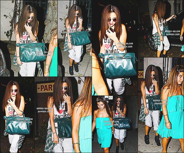 19/07/13 : Sel' a été vue se rendant au « Nine Zero One » un salon de beauté qui est situé dans Los Angeles.  Selena se cachait derrière sa chemise, mais du peu qu'on peut voir sa tenue n'a pas l'air mal.  Franchement c'est nul qu'elle se cache..