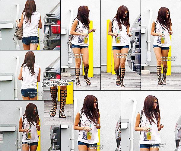 21/07/13 : Selena a été aperçue lorsqu'elle quittait un studio de danse à Burbank, se trouvant en Californie  Selena portait une tenue trop simple à mon goût, que d'ailleurs je n'aimes pas! Ses chaussures sont juste horrible. ۰ FLOP / TOP?