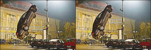 23/07/13 : Selena Gomez a été repéré lorsqu'elle arrivait à l'aéroport de « L.A.X » qui se situe à Los Angeles!  La belle, était en présence de son beau-père et d'Ashley Cook. Selena avait un vol pour la ville des lumières : New York City..