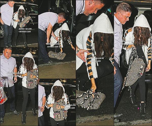 24/07/13 : Sel' arrivant à son hôtel à New York, elle y fera le lancement de sa nouvelle ligne de vêtements!  La Gomez, sera dans la ville de New York du 24 juin jusqu'au 26 juin pour y effectuer une série d'évenement à différent endroit.