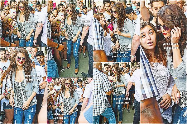 24/07/13 : Sel a été vue quittant son hôtel à New York, elle a également pris le temps de poser avec ses fans!  J'aimes trop ce candids perso'! Selena est juste sublime dessus et sans parler de sa tenue qui est parfaite, un gros TOP pour Gomez.