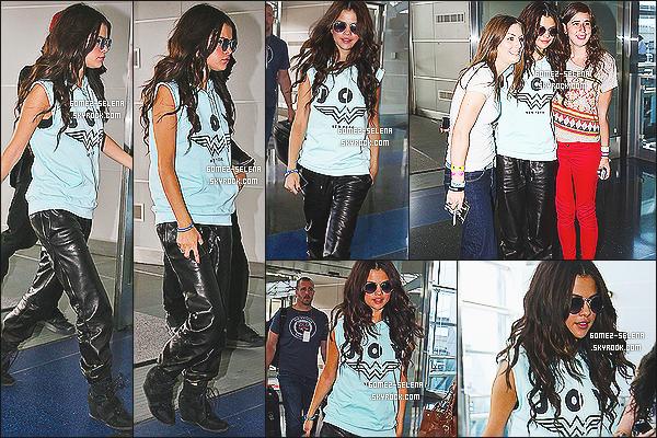 26/07/13 : Selena a été photographié à l'aéroport « JFK» de New York pour un vol direction - Los Angeles!  Selena porte une tenue comment dire très bizarre?, je n'aimes pas du tout on a connue mieux venant de Sel. Alors un TOP/FLOP?