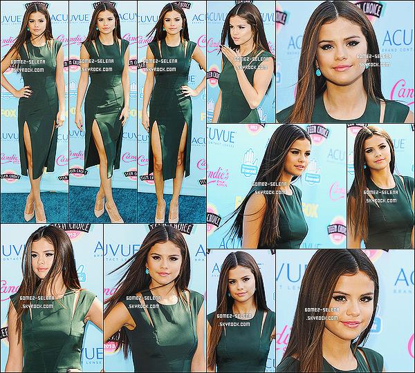 11/08/13 : Selena a été présente à l'événement des - Teen Choice Awards 2013 situé dans Los Angeles   Selena a remporté 3 prix : Meilleure Chanson de rupture, Choice Female Hottie et Artiste Féminine de l'Année. Félicitation !