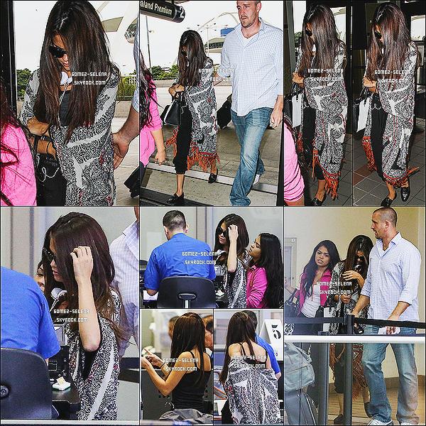 12/08/13 : Sel' a été vue arrivant à l'aéroport « LAX » avec son beau-père et sa cousine à Los Angeles. Selena a prit un vol direction Vancouver ou débutera sa tournée. Selena a donné des places de concert à une fille lors du vol !