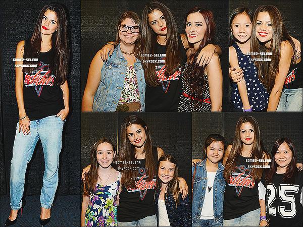 14/08/13 : Voici plusieurs photos de Selena avec plusieurs de ses « fans » après son concert à Vancouver. Le prochain concert de Selena se déroulera à Edmonton au Canada ! Selena sera au talk show de Jay Leno dans la journée du 17 !