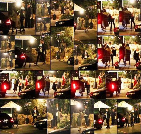 - 15/01/16 - Selena Gomez quittait le restaurant « Saddle Peak Lodge » avec Samuel Krost, à CalabasasLa chanteuse se trouve de nouveau en compagnie de son ami, dont elle à l'air très proche comme on a pu le voir dans les précédentes nouveautés.-