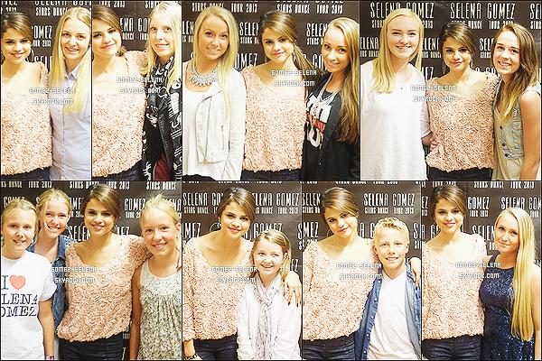 31/08/13 : Photos de Selena avec ses fans lors de son meet & greet à « Stockholm », la capitale de la Suède. Le 01/09, des photos de Selena au meet & greet d' Oslo avec de nombreux fans ! J'adore sa tenue surtout son haut  orange pastel.