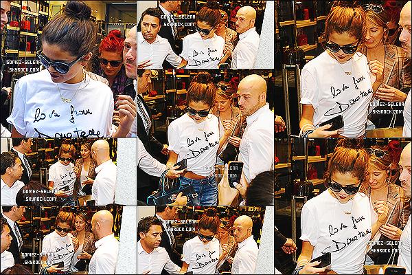 20/09/2013 : Plusieurs fois dans la journée, Selena et ses danseuses on été vu se rendant à leurs hôtel à Milan  Selly a par le fait même, fait quelque course à la boutique de luxe «Versace» en vue du défilé de la marque à la fashion week de Milan