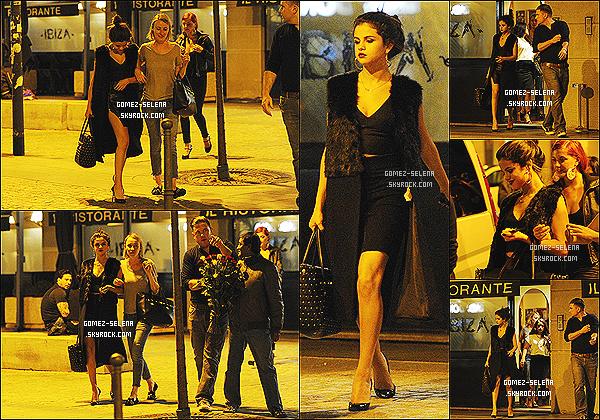 19/09/2013 : Selena ainsi que sa cousine et son amie Julianne Hough quittaient le restaurant « Ibiza » à Milan   À la sortie du restaurant, Selena a vite été accosté par un vendeur de fleurs. Selena sera encore à Milan - pour quelque jours encore.