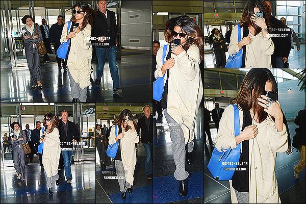 12/03/14 :  En journée Selena est arrivée à l'aéroport américain de JFK à NYC pour retourner - à Los Angeles.  La tenue, on y voit pas grand chose mais c'est très négligé à première vue... Ce candids a peu de photos et je n'ai pas su faire mieux.