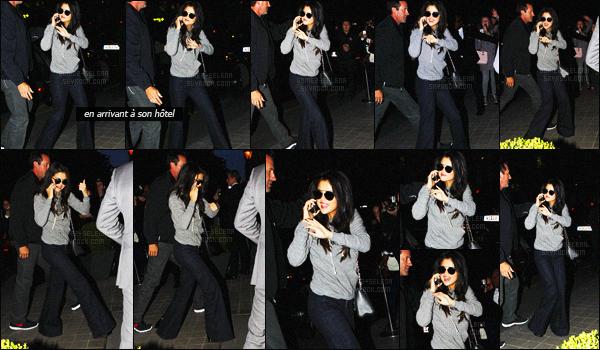 - 25/09/15 - Selena Gomez a été photographiée à son arrivée à la « Gare du Nord » à Paris, en France !Arrivée quelque peu tumultueuse pour Selena qui aurait été en quelque sorte ''agressée'' par ses nombreux fans. On peut dire qu'ils avaient hâte ...-