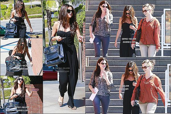 30/09/13 : Sel avec  Mandy et une amie, est allé manger au restaurant asiatique « RockSugar » à Century City.  Selena est de retours à Los Angeles pour quelque jours, sa tournée reprenant le 10 octobre prochain. TOP ou FLOP pour sa tenue?