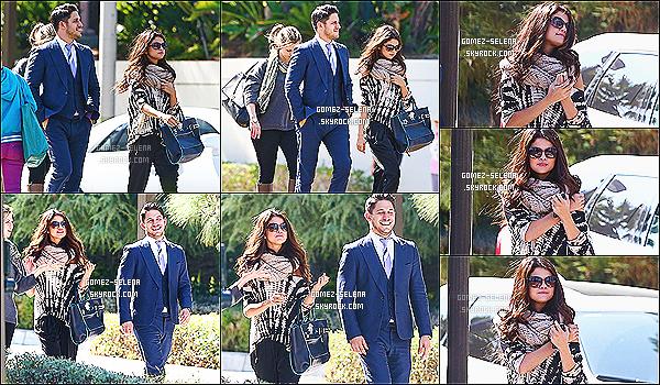 02/10/13 : Selena accompagnée de deux personnes, s'en allait assister à une réunion d'affaire à Century City  Ayant troquée ses talons hauts pour de simples sandales, et mit une écharpe, Selena avec sa maman allait  à la réunion « d'affaires »