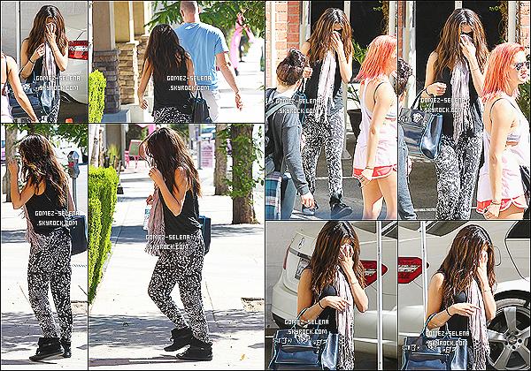 05/10/13 : Selena a été apperçu lorsqu'elle quittait les studios, puis allant se chercher un café à Los Angeles.  Dans la même journée, Selly a aussi été vue lorsqu'elle quittait une réunion d'affaires dans l'après-midi. TOP ou FLOP pour sa tenue ?