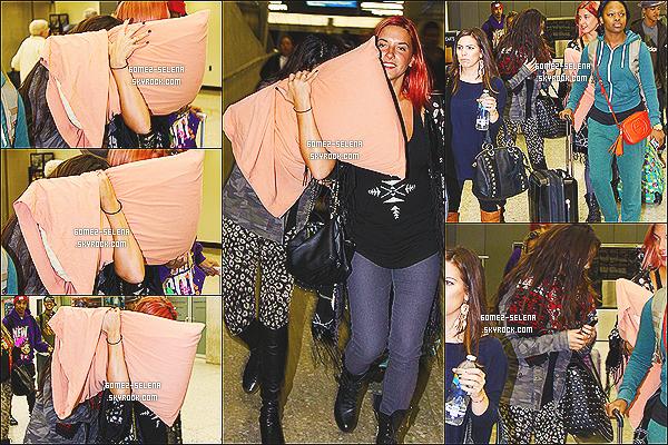 08/10/13 : Selly a été repéré à l'aéroport de « LAX », Los Angeles  prenant un vol direction la ville de  Washington !  La belle s'est rendue à  Washington pour effectuer un concert de sa tournée mondial le Star Dance Tour. Qu'avez-vous à dire cher fan?