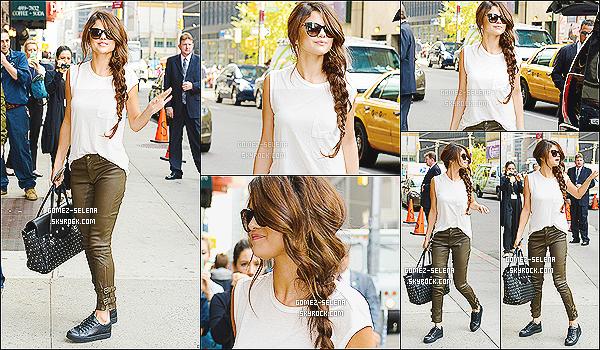 17/10/13 : Sel a été vue lorsqu'elle arrivait - sur le plateau du talk-show « Late Show with David Letterman »  Comme souvent lorsque S est à New-York elle en profite pour aller aux talk-show siégeant dans la ville. Un TOP/FLOP pour Selena ?