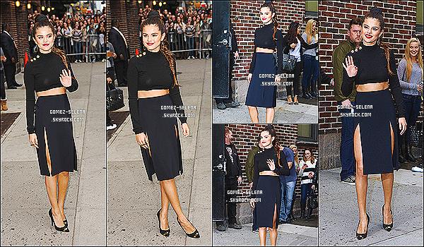 17/10/13 : Selena G. a été vue en sortant du plateau du talk-show chez « Late Show with David Letterman »   Sortant de sa loge, on peut ainsi voir S. dans sa tenue pour le talk-show américain ! Tu aimes ou alors pas du tout la tenue de Selly ?