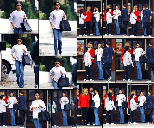 - 10.02.17'─'Selena Gomez quittait le restaurant japonais « Gyu-Kaku » avec Ashley Cook à Torrance (en CA) ![/s#00000ize]Après un court séjour à New York, la belle chanteuse est de retour à Los Angeles ! Elle nous dévoilera bientôt (en février) un tout nouveau single. -
