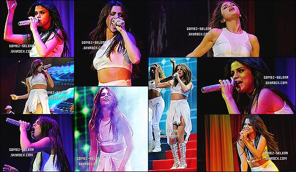 23/10/13 : Selena performait sur ses titre lors de son concert au KFC YUM! Center de Louisville au Kentucky.   Selena G. est une fois de plus rayonnante et magnifique sur les nombreuses photos du concert au USA. Aime-tu sa tenue de scène ?