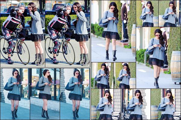 '- '-•-12/02/13 -' : Selena Gomez se rendait au restaurant japonais « Sushi Dan » avec Lily Collins à Los Angeles. Les deux amies, toutes deux actrices d'ailleurs, se sont fait photographiée alors qu'elles alleint manger ensemble. C'est un gros top pour Selena Gomez !-