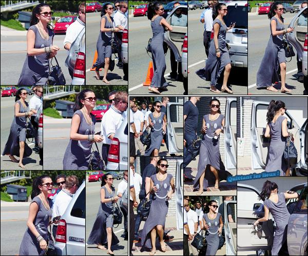 '- '-•-28/05/12 -' : Selena Gomez était présente lors du « Joel Silver's Beach House Party » avec sa mère à Malibu. Dans un style totalement décontracté, la brune s'est rendue et a ensuite quitté l'événement qui réunissait un bon nombre des célébrités de Los Angeles !-