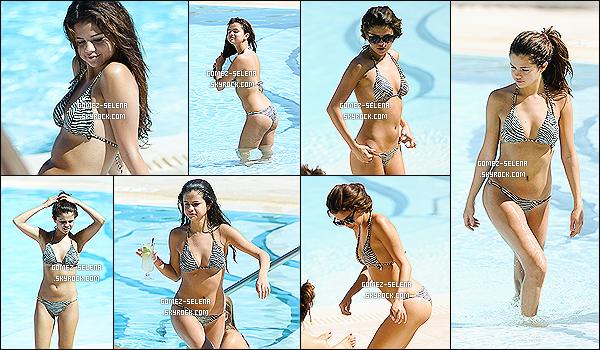 28/10/13 : Sel a été aperçu avec ses amies, prenant du bon temps à la piscine et la plage à Miami en Floride.    Selena a un nouveau tatouage (phrase) sur la hanche. S. se trouve en ce moment en Floride pour un concert qu'elle donne à Sunrise