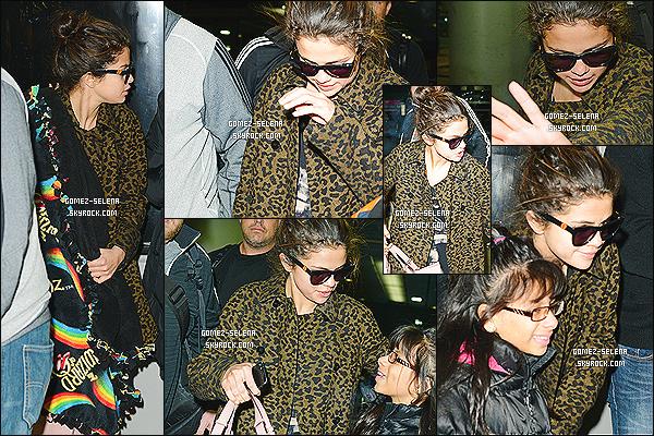 10/12/13 : Selena a été aperçu en débarquant d'un vol, à l'aéroport américain de Chicago, aux États-Unis !  S. s'y rend car le 12 décembre prochain, la jeune chanteuse participera à un événement nommé « Christmas for the Kids » de  B96.