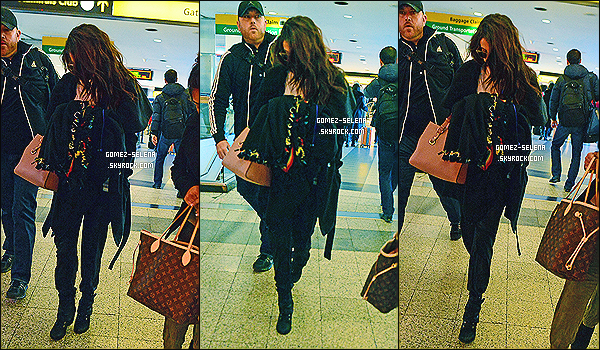 14/12/13 :  Selena Gomez a été photographiée à l'aéroport « JFK » à New-York pour prendre un vol vers Boston.  Selena G. se rend à Boston au Massachusetts pour participer au Jingle Ball de la radio KISS 108, où elle performera ses chansons.