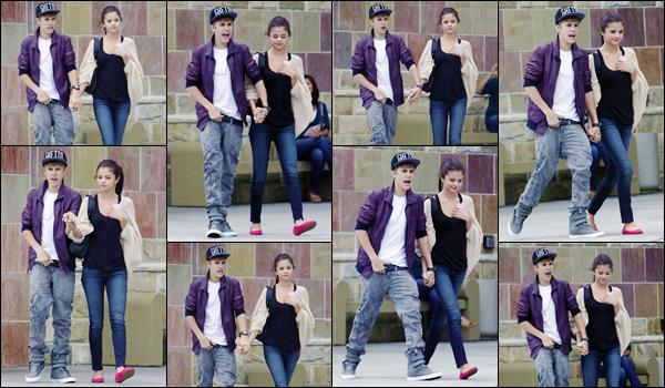 '- '-•-16/09/11 -' : Selena Gomez a été photographiée en faisant du shopping avec Justin Bieber dans Los Angeles. Les amoureux ont donc été aperçus alors qu'ils sortait une boutique, main dans la main. Ils se sont arrêtés pour prendre une photo avec un fan. Un bof !-