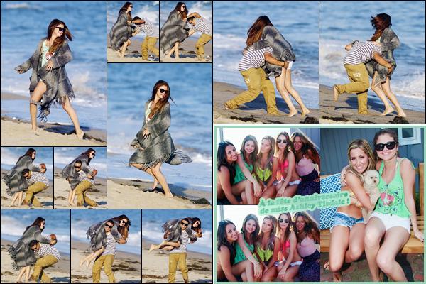 '- '-•-02/07/12 -' : Selena Gomez était à la fête d'anniversaire d'Ashley Tisdale, avec Alfredo et Quincy à Malibu. La belle brune a été photographiée en s'amusant à la plage avec son ami Alfredo Flores, puis ensuite à la maison d'Ashley T. pour célébrer ses 27 ans !-