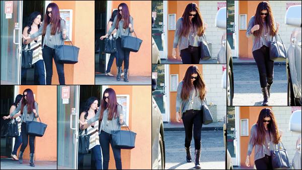 '- '-•-03/10/12 -' : Selena Gomez quittait le restaurant japonais « Sushi Dan » avec Ashley Cook dans Studio City. Les deux amies quittait le restaurant de nourriture asiatique, toutes les deux, pour une petite sortie entre filles. J'accorde un joli top à la belle Selena G. !-