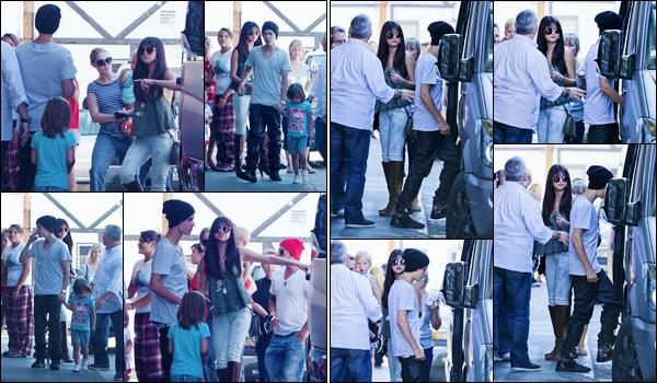 '- '-•-27/07/12 -' : Selena Gomez quittait le restaurant japonais « Sushi Dan » avec la famille de J. à Los Angeles. Le couple a été aperçu, alors qu'il quittait les lieux du restaurant, où un repas en famille s'est déroulé. Selena a décidé d'adopter une petite frange. Top !-