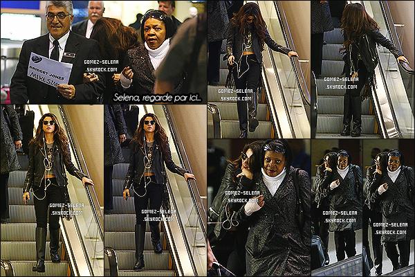 27/12/13 :  Selena en compagnie de deux personnes, à été photographié à l'aéroport américain de Las Vegas  Bien sur la chanteuse et actrice se trouvait à Las Vegas pour le concert de Britney Spears qui avait lieux avant de rentrer chez elle, LA.