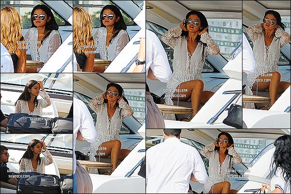 20/07/14 : Selena Gomez quittait son hôtel le « Della Regina Isabella » par bateau, toujours à Ischia en Italie. Si l'ont se fit à la photo insta que la miss a posté sur son compte, elle a quitté l'Italie avec ses proche et donc la promo à Ischia est terminé.
