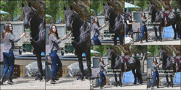 18/04/14 : Au cours de la journée, Selena Gomez a été photographié dans un centre équestre dans Los Angeles.   Selly est actuellement en train de faire le photoshoot promotionnelle de sa collection estival 2014 pour sa collection de vêtements : DOL !